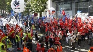 Manifestação dos funcionárisos da PSA Peugeot Citroën em Paris, 25 de julho, contra o fechamento da fábrica de Aulny-sous-bois