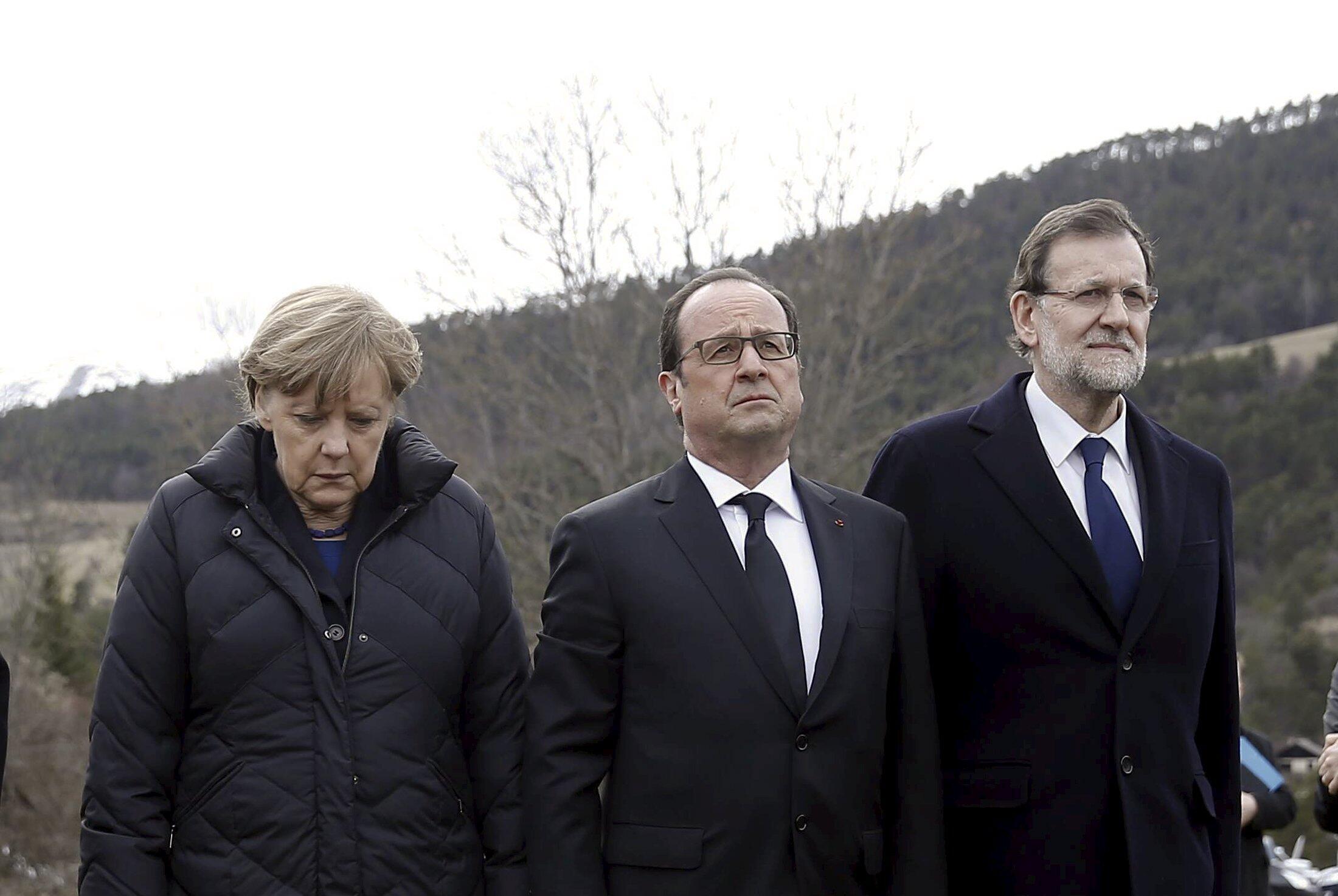 A chanceler alemã, Angela Merkel, o presidente francês, François Hollande, e o primeiro-ministro espanhol, Mariano Rajoy, na cidade de Seyne-les-Alpes, na região do acidente do Airbus A320 da Germanwings, nesta quarta-feira (25).