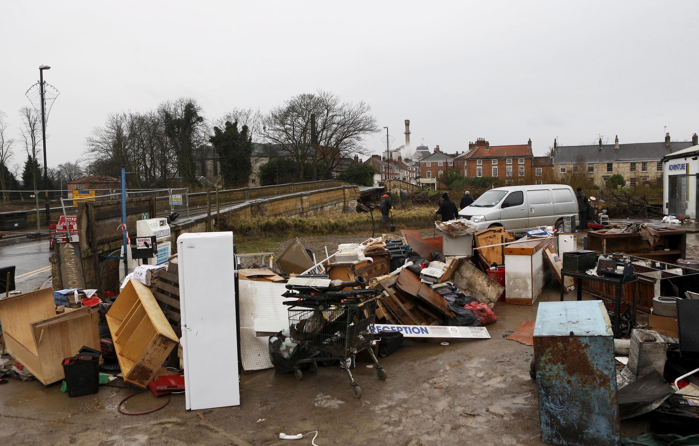 Les inondations en Angleterre ont causé d'importants dégâts, comme ici dans le village de Tadcaster, dans le Yorkshire du Nord, le 30 décembre 2015.