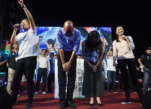 高雄市长候选人韩国瑜在胜选后向支持者鞠躬资料图片