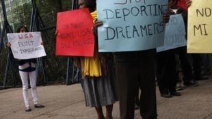 Manifestation appelant Obama à une réforme de l'immigration, devant l'ambassade des Etats-Unis, à Mexico le 21 janvier 2013.