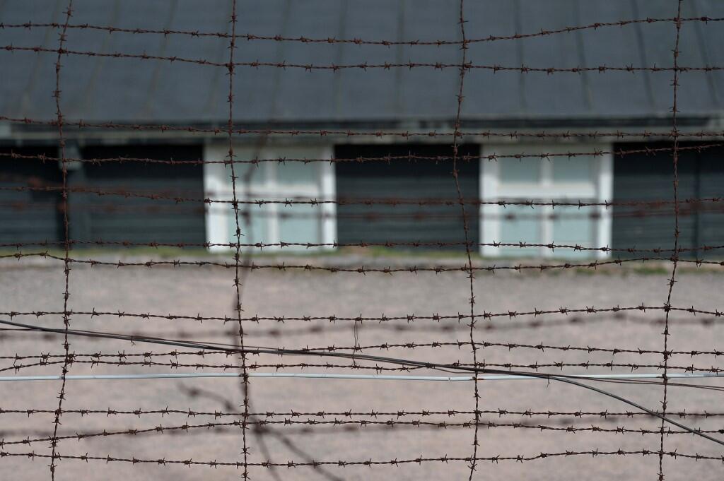 Колючая проволока вокруг лагерных бараков в Нацвейлер-Штрутгофе сохранилась до наших дней.
