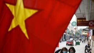 Người dân đeo khẩu trang trên đường phố Hà Nội, Việt Nam. Ảnh chụp ngày 29/01/2021.