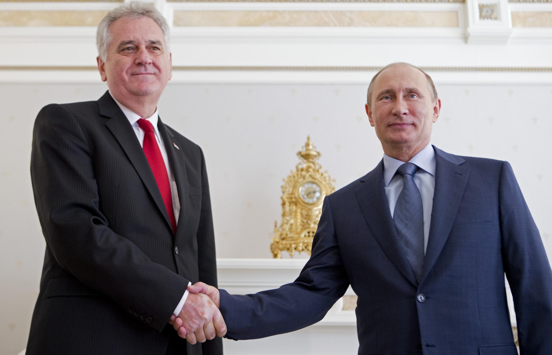 La Serbie refuse d'adopter des sanctions contre la Russie. Ici, le président serbe, Tomislav Nikolic (G), serrant la main à Vladimir Poutine (D), le président russe, à Sotchi le 24 mai 2013.