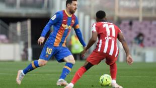 L'attaquant argentin de Barcelone, Lionel Messi, tente de dribbler le milieu de terrain français de l'Atlético Madrid, Thomas Lemar, lors de leur match de Bundesliga, le 8 mai 2021 au Camp Nou