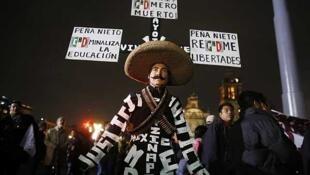 Un manifestante vestido como un revolucionario lleva consignas pidiendo justicia y protestas contra el gobierno, el 20 de noviembre de 2014 en Ciudad de México.