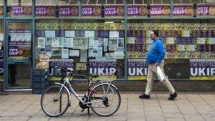 Un homme devant les bureaux du British UK Independance Party (Ukip) à Eastleigh, dans le sud de l'Angleterre.