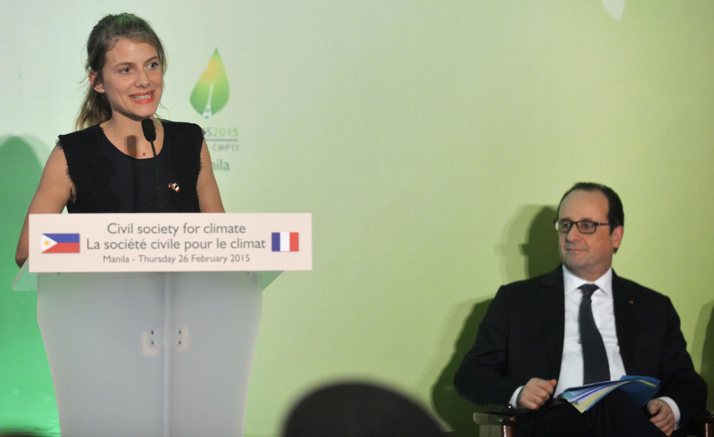 Le président François Hollande écoute le discours de l'actrice Mélanie Laurent sur le changement climatique, à Manille, le 26 février 2015.