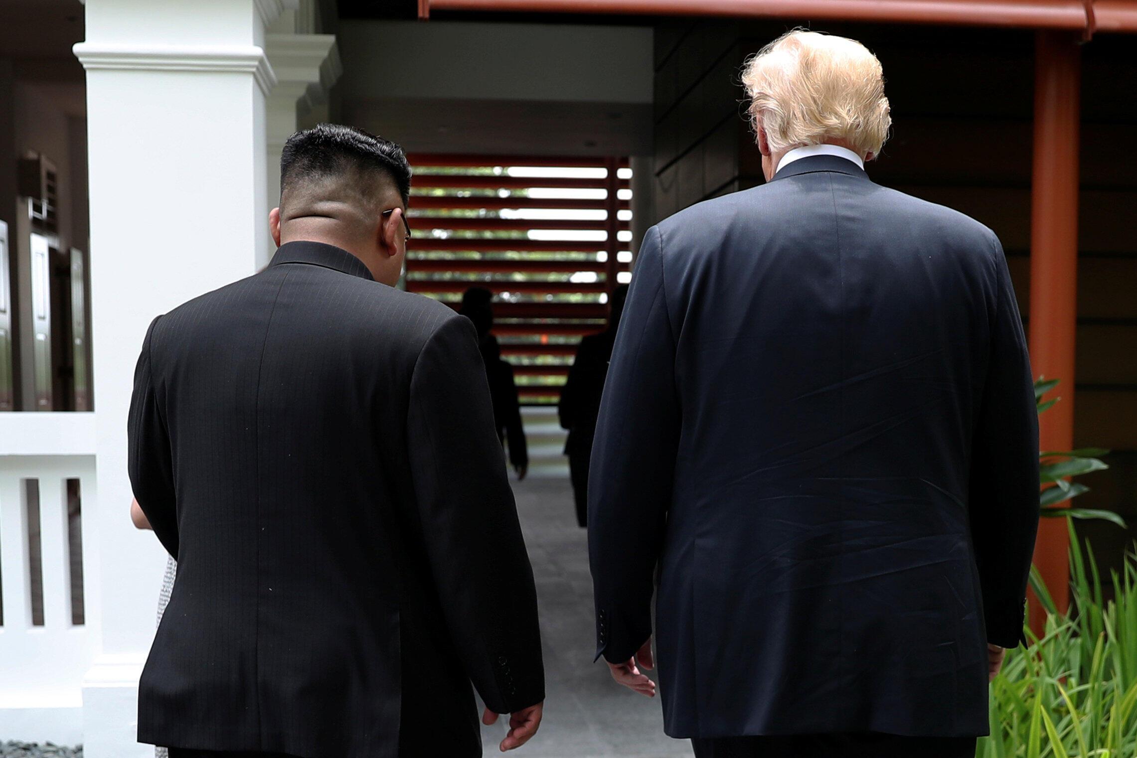 特朗普與金正恩在新加坡峰會期間散步交談的背影