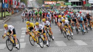 Le peloton du Tour de France, avec à sa tête l'équipe Sky de Chris Froome, à Paris le 23 juillet 2017.