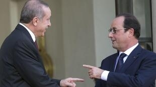 French President Francois Hollande (R) with Turkey's President Tayyip Erdogan as he leaves the Elysée Palace in Paris