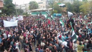 Apesar da repressão, os habitantes de Homs continuam saindo nas ruas para pedir a renúncia de Assad.