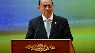 Le président birman Thein Sein en novembre lors de la libération de 69 prisonniers politiques, « un geste d'amour et de gentillesse » selon lui.