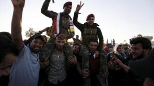 Wafuasi wa Imam Moqtada al-Sadr wakiadhimisha mwisho wa mgomo wao pamoja na vikosi vya usalama vya a Iraq Machi 31 2016.