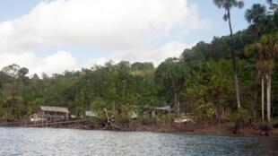 Aldeia próxima a Saint-Georges de Oiapoque, às margens do que faz divisa com o Brasil na Guiana Francesa.