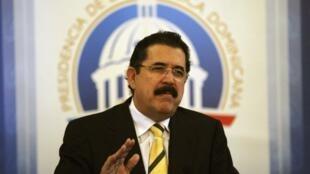 L'ex-président Zelaya, lors d'une conférence de presse au Palais national de Santo Domingo, le 27 mai 2011.