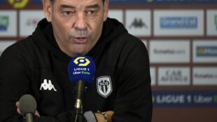 L'entraîneur d'Angers, Stéphane Moulin, lors d'une conférence de presse, après le match de L1 contre Metz, le 3 mars 2021 au stade Saint-Symphorien à Longeville-lès-Metz