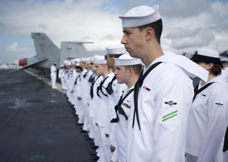 Marinheiros norte-americanos se preparam para manobras militares no porta-aviões George Washington.