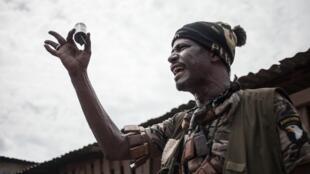 Nimery Matar Jamous, alias le général Force, chef d'une milice d'autodéfense au PK5, tient une grenade entre ses doigts prétendument jetée par la Minusca et les Faca, le 9 avril 2018.