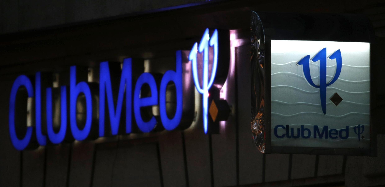 Le logo du groupe Club Med sur la façade d'une agence à Paris, le 3 janvier 2015.