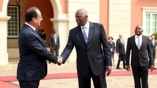 Le président François Hollande reçu par son homologue angolais José Eduardo dos Santos à Luanda, en juillet 2015.