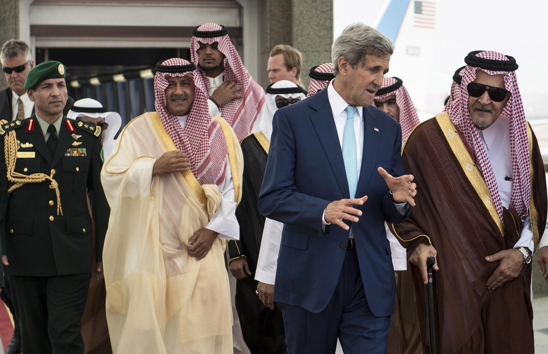 Госсекретарь США Джон Керри разговаривает с министром иностранных дел Саудовской Аравии принцем Саудом аль-Фейсалом, Джидда, 11 сентября 2014 г.