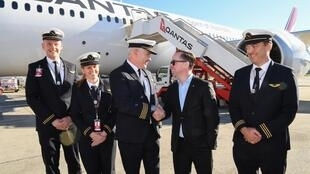 Le PDG de la compagnie aérienne australienne Qantas, Alan Joyce, avec l'équipage qui a réalisé un vol de près de 19 heures entre New York et Sydney le 20 octobre 2019.