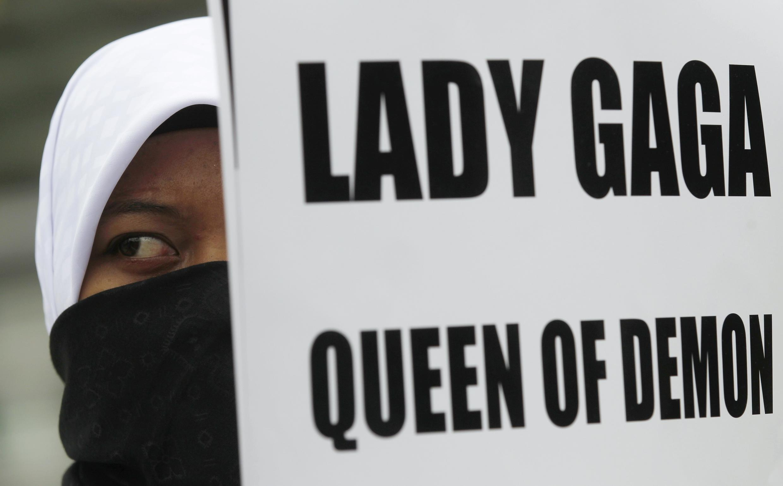 Một phụ nữ Hồi giáo với biểu ngữ phản đối ca sĩ Lady Gaga, tại Jakarta ngày 24/05/2012.