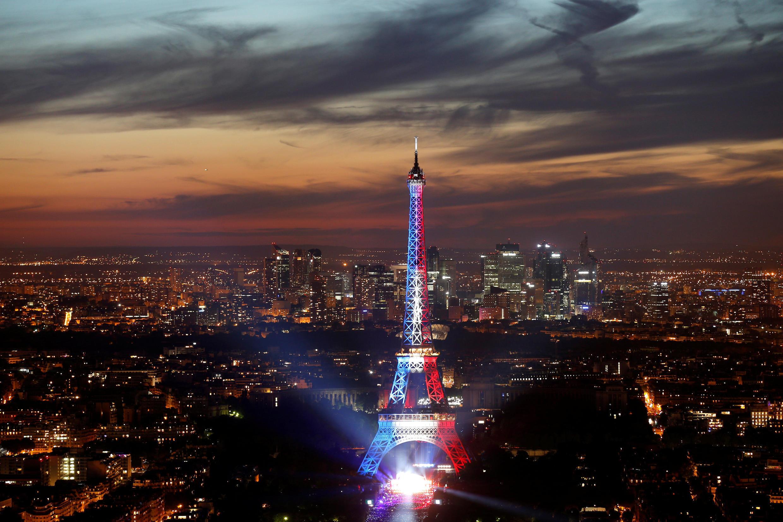 Tháp Eiffel tỏa sáng ba màu xanh - trắng - đỏ, màu cờ của Pháp, nhân ngày Quốc Khánh 14/07/2017.