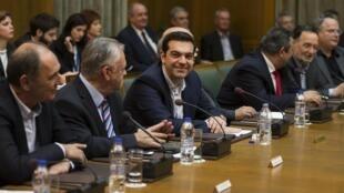 Le chef du gouvernement grec Alexis Tsipras, au centre, lors de son premier Conseil des ministres, le 28 janvier 2015 à Athènes.