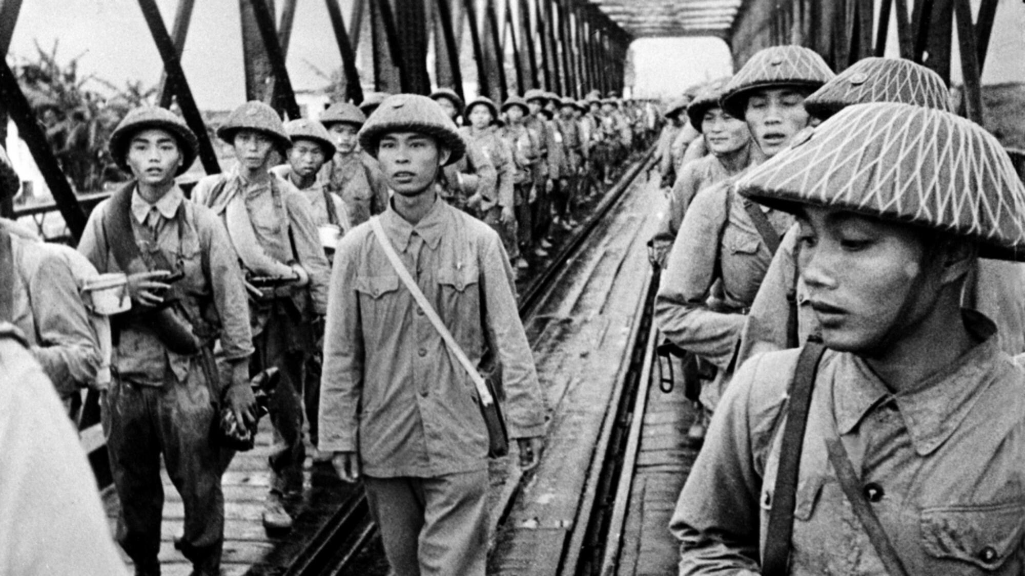 Chiến tranh Đông Dương : Lực lượng Việt Minh trên cầu Long Biên-Hà Nội. Ảnh ngày 12/10/1954.
