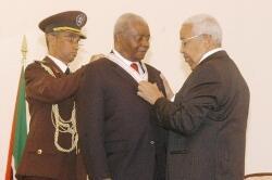 Pedro Pires condecorou  Armando Guebuza com 1º Grau da Ordem Amílcar Cabral