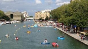 Canal de La Villette, no 19° distrito da capital, propõe atividades náuticas.