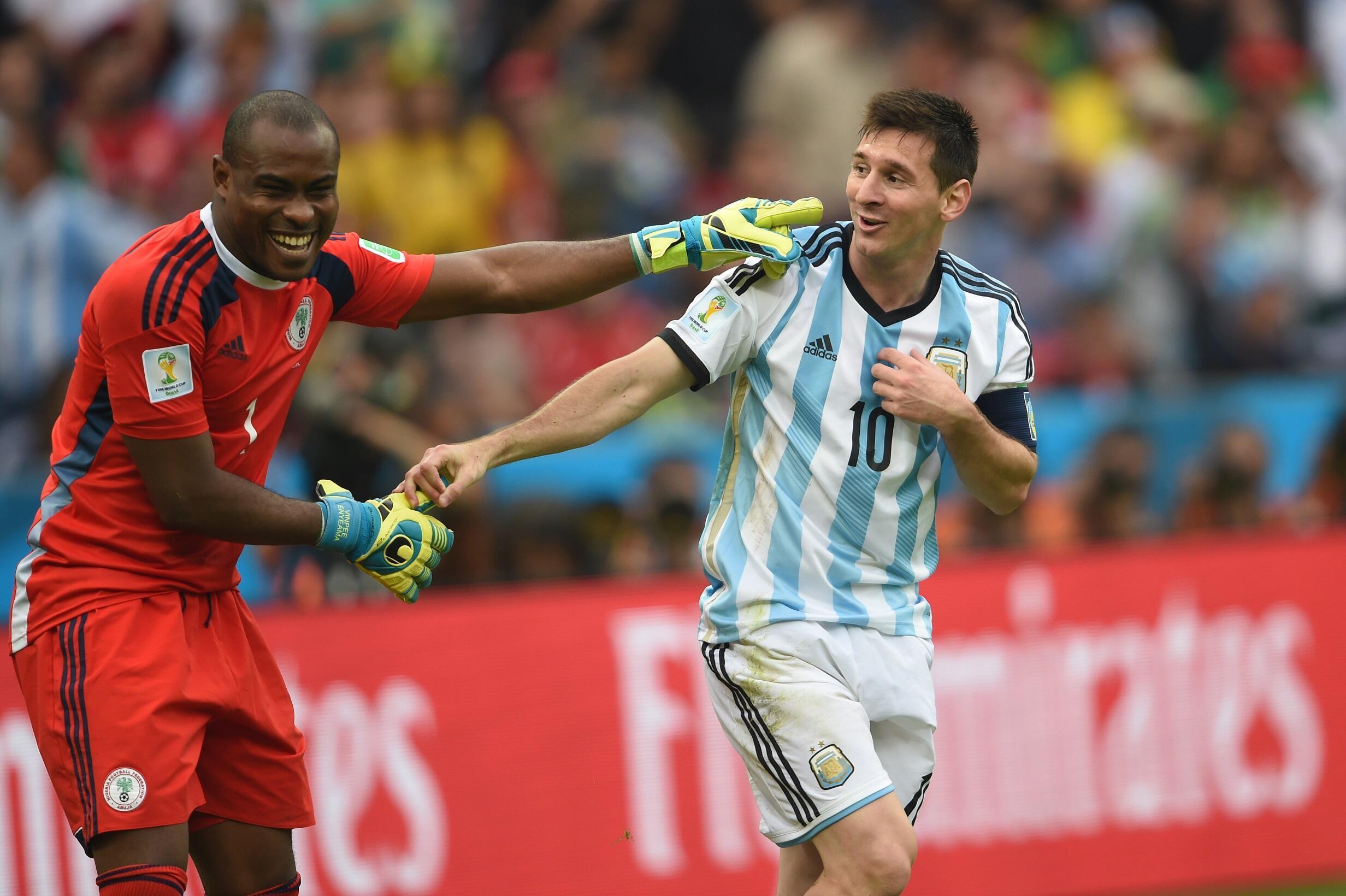 Mshambuliaji wa Timu ya Taifa ya Argentina Lionel Messi na Golikipa wa Nigeria Vincent Enyeama wakiwa uwanjani.