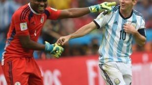 Mai tsaron ragar Najeriya Vincent Enyeama tare da dan kwallon Argentina Lionel Messi.