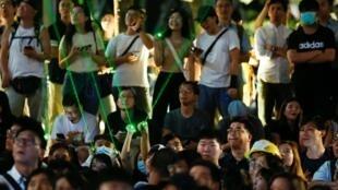 8月7日,示威者瞄准香港太空馆上的激光指针,以谴责当局声称激光指针是攻击性武器的说法。