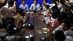 Le leader de l'opposition Sam Rainsy (C) entouré de ses partisans au QG du Parti du sauvetage national du Cambodge (CNRP). Phnom Penh, le 8 septembre 2013.