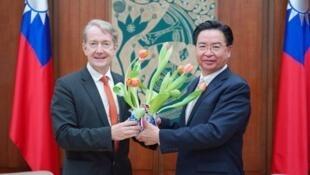 荷兰贸易暨投资办事处代表纪维德与台外长吴钊燮资料图片