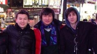 Foto de arquivo mostra o suspeito de co-autoria do atentado de Boston, Djokhar Tsarnaev (direita), com dois colegas de universidade acusados de terem obstruído o trabalho da justiça e por falso testemunho.