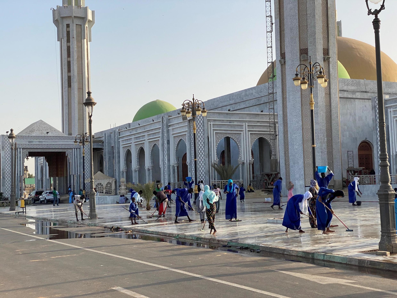 La mosquée Massalikoul Djinane en cours de nettoyage ce jeudi 5 mars. Le vendredi, jour de grande prière, le lieu peut accueillir jusqu'à 10 000 fidèles.