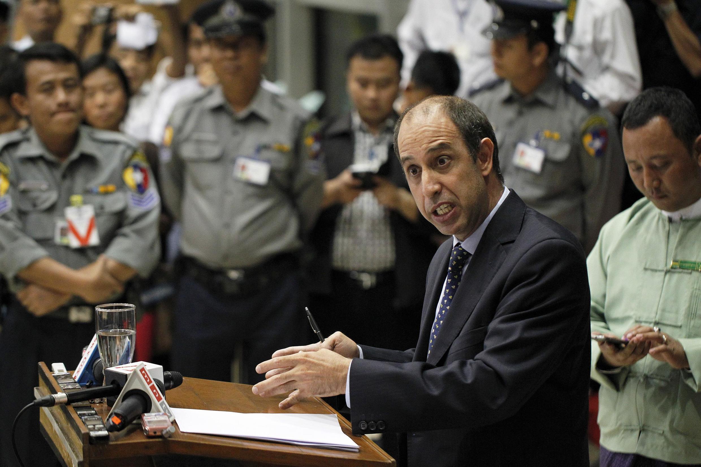 Ông Tomas Ojea Quintana, đặc phái viên Liên Hiệp Quốc về nhân quyền tại Miến Điện, tại cuộc họp báo tại sân bay quốc tế Rangoon, 19/02/2014