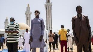 Des membres de la confrérie mouride, à l'heure de la prière (image d'illustration).