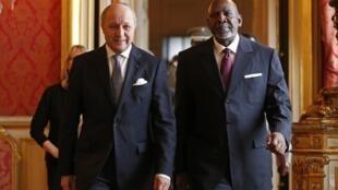 Le ministre des Affaires étrangères français, Laurent Fabius, aux côtés du Premier ministre malien, Cheick Modibo Diarra, le 27 novembre 2012.