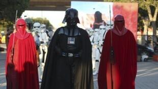 Le personnage de Dark Vador et les gardes de l'empereur défilant avenue Bourguiba, à Tunis, le 30 avril 2014.