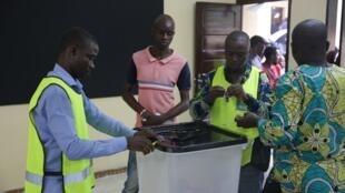 Un homme s'apprête à voter dans un bureau de vote de Libreville le 6 octobre 2018, lors du premier tour des élections législatives.