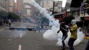 Wasu 'yan kasar Venezuela da ke cigaba da zanga zangar adawa da gwamnatin Maduro.