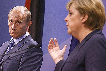 លោកប្រធានាធិបតីរុស្ស៊ី Vladimir Poutine និងលោកស្រីនាយករដ្ឋមន្ត្រីអាល្លឺម៉ង់ Angela Merkel.