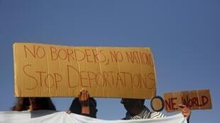 Ativistas protestam contra o retorno dos imigrantes para a Turquia, no porto de Mitilene, na ilha grega de Lesbos, 04 de abril de 2016.