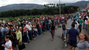 Miles de personas esperan para cruzar el puente internacional Simón Bolívar para entrar en Colombia, desde San Antonio del Táchira en Venezuela, el 25 de julio de 2017.