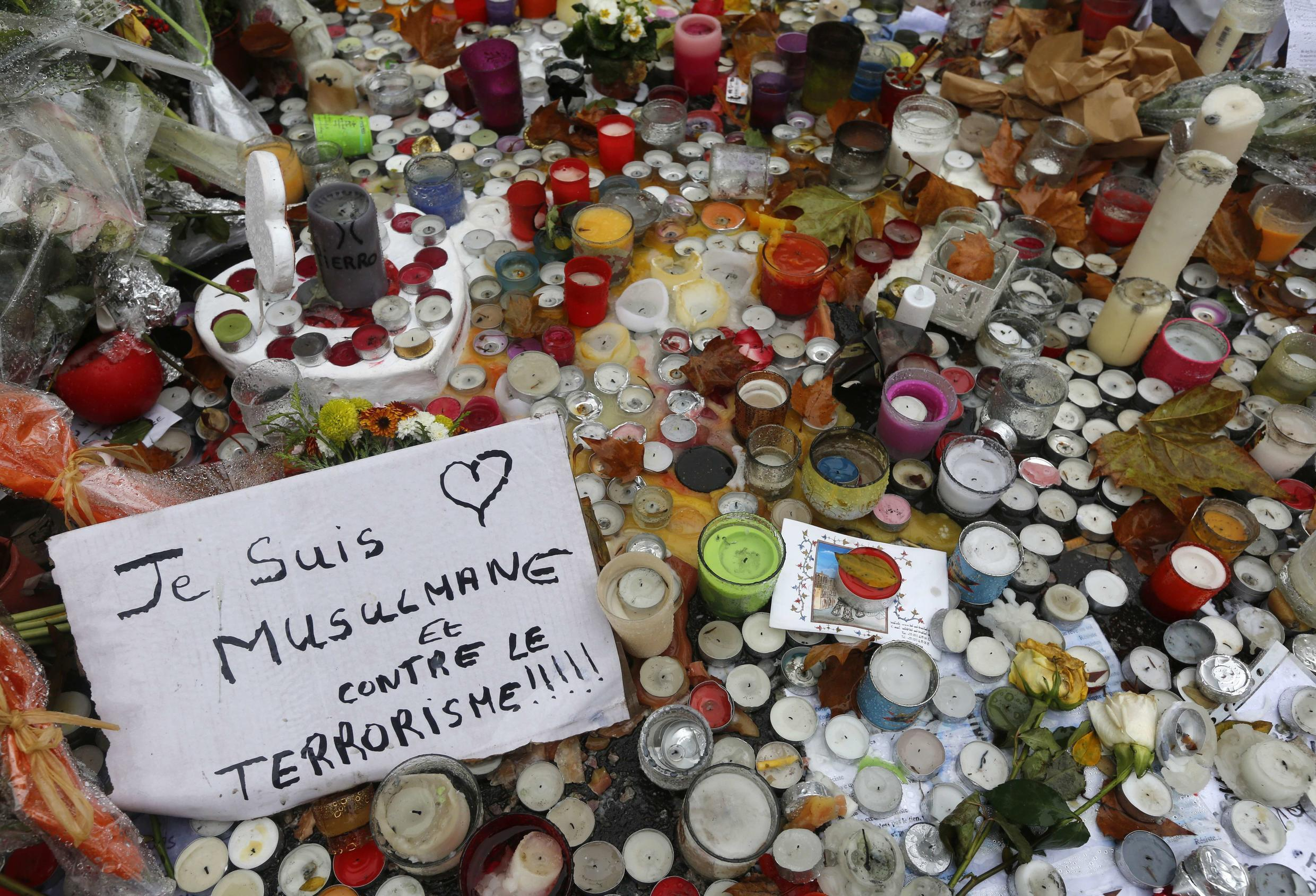 """""""I am a Muslim woman and I am against terrorism,"""" reads this message among tributes to victims of the 13 November 2015 attack at the Bataclan concert hall. """"Some people left messages as Muslims,"""" says Sarah Gensburger, who studies the spontaneous tributes that appeared at attack sites in the months after the events. """"They wanted to write that they came as Muslims and that these attacks had nothing to do with their faith and with Islam as they understood it."""""""